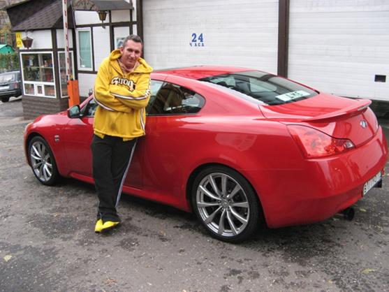 Счастливый Михаил Владимиров со своим любимым Infinity G37S